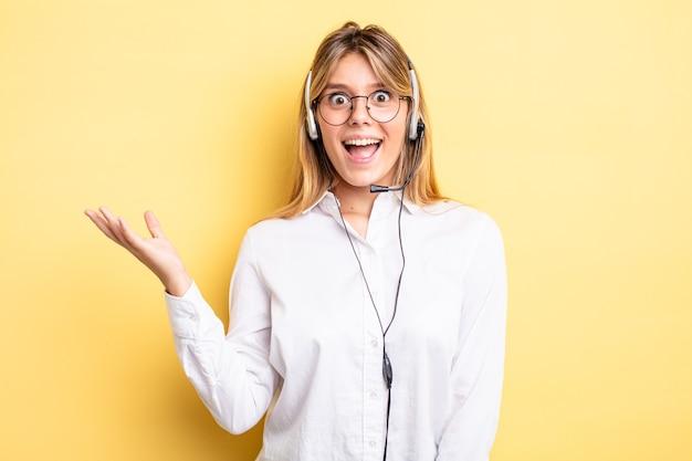 Menina bonita loira se sentindo feliz, surpresa ao perceber uma solução ou ideia. conceito de fone de ouvido