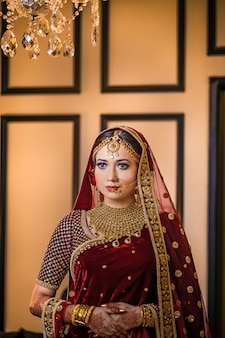 Menina bonita luxuosa que levanta o estilo do casamento do asin
