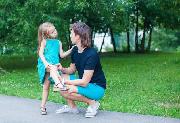 Menina bonita machucou a perna, chateado pai se arrepender