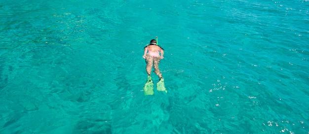 Menina bonita, mergulho nas águas turquesas tropicais claras