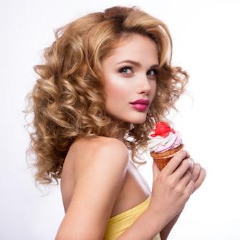 Menina bonita moda com cupcake