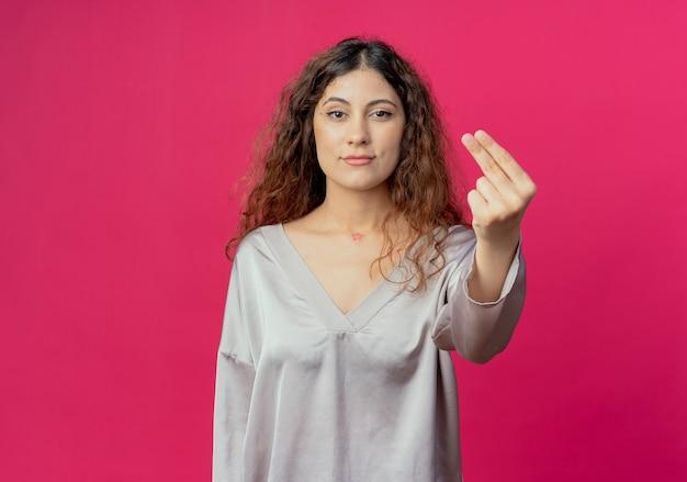 Menina bonita mostrando gesto de dicas