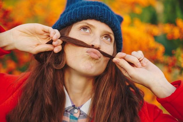 Menina bonita, mostrando o bigode do cabelo