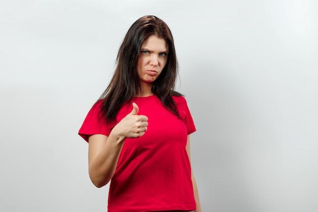 Menina bonita mostrando um gesto com as mãos polegares para cima