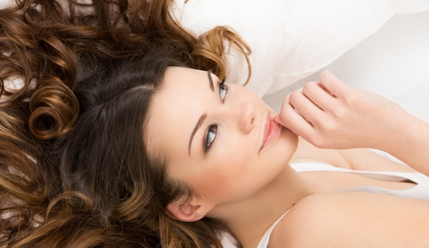 Menina bonita na cama