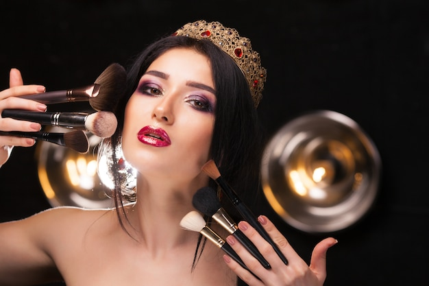 Menina bonita na coroa com maquiagem perfeita