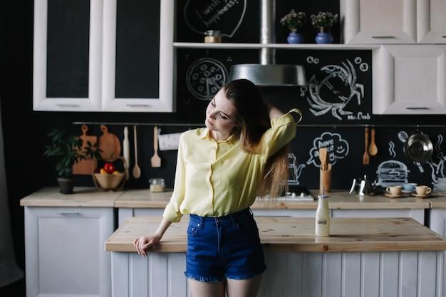 Menina bonita na cozinha