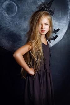 Menina bonita na fantasia de bruxa de halloween