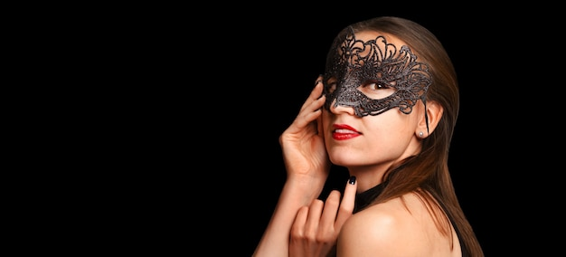 Menina bonita na máscara de baile de máscaras preta. conceito de carnaval, banner.