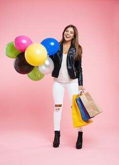 Menina bonita na moda jaqueta de couro, jeans rasgados, botas de tornozelo