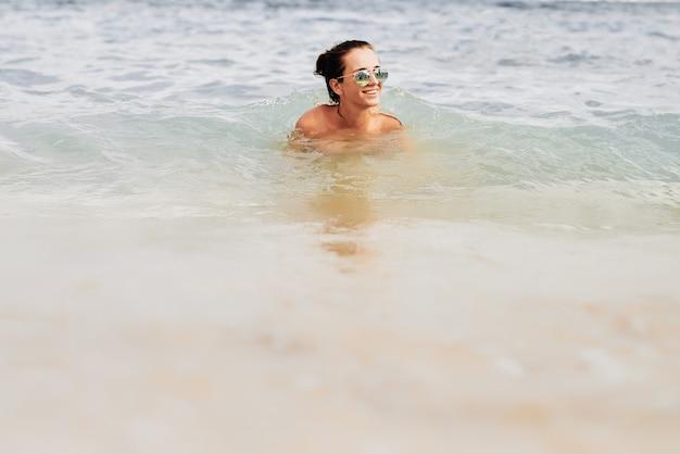 Menina bonita na praia em espanha