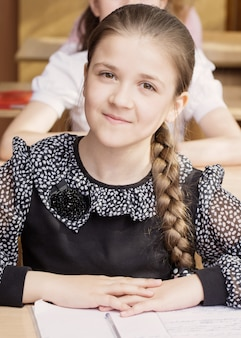 Menina bonita na sala de aula