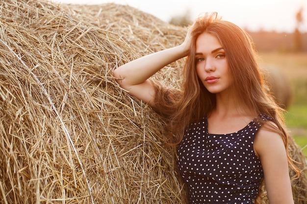 Menina bonita no campo