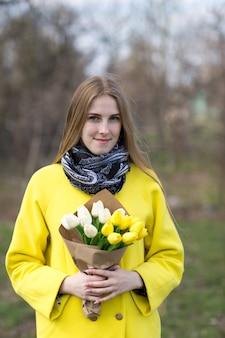 Menina bonita no casaco com flores