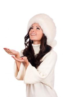 Menina bonita no chapéu forrado a pele retrato de mulher de inverno
