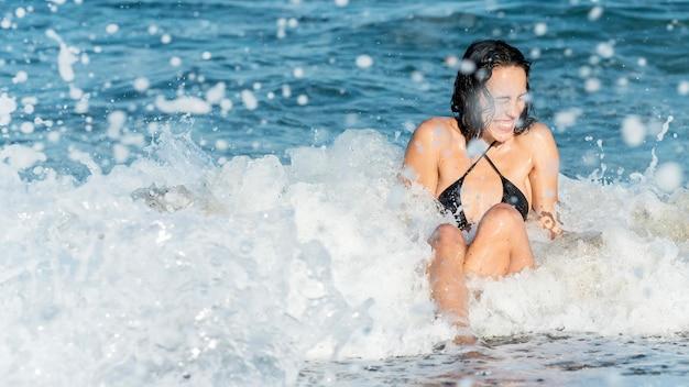 Menina bonita no conceito de praia