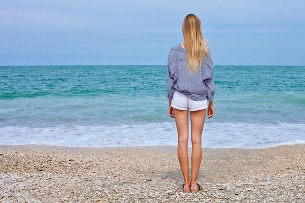 Menina bonita no estilo do mar na praia do mar adriático