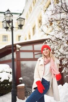 Menina bonita no inverno ao ar livre na cidade