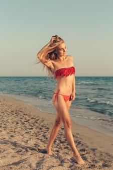 Menina bonita no mar posando