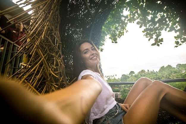 Menina bonita no ninho decorativo na selva da ilha de bali, indonésia