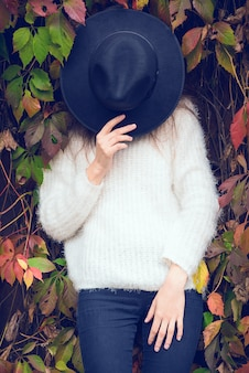 Menina bonita no outono folhas.