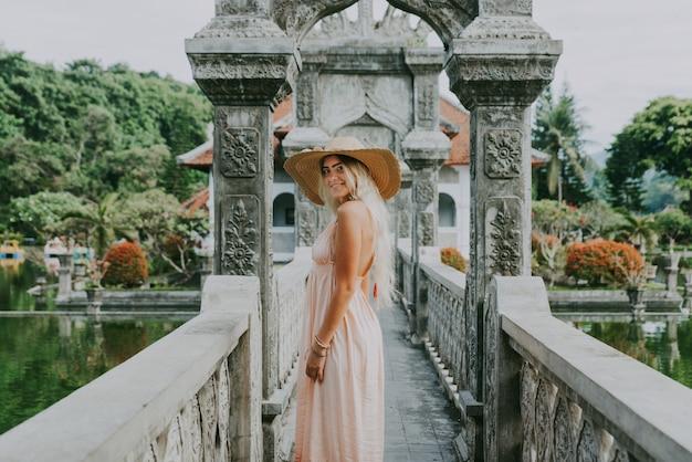 Menina bonita no palácio da água em bali