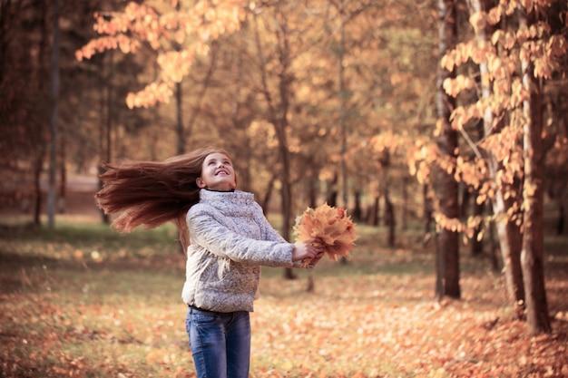 Menina bonita no parque outono