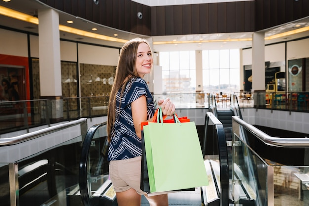 Menina bonita no shopping center