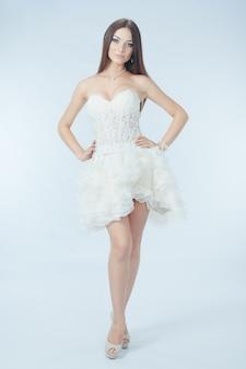 Menina bonita no vestido de casamento