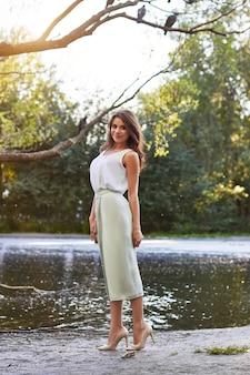 Menina bonita no vestido elegante e sorriso encantador