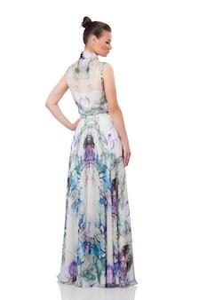 Menina bonita no vestido longo elegante isolado