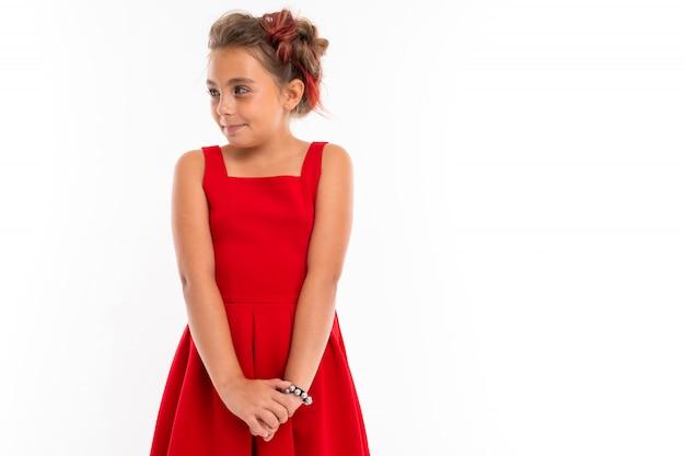 Menina bonita no vestido vermelho