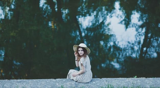 Menina bonita no vestido vintage