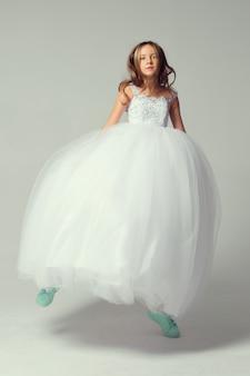 Menina bonita no vestido