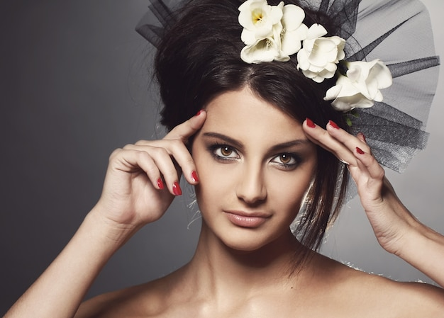 Menina bonita no véu