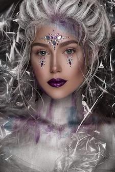 Menina bonita nova na composição de prata com strass