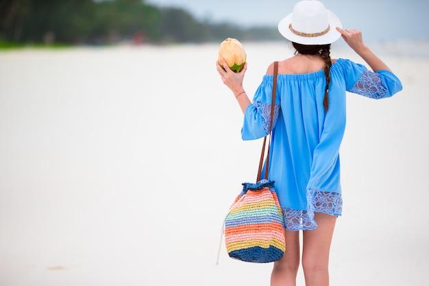Menina bonita nova que relaxa em férias da praia