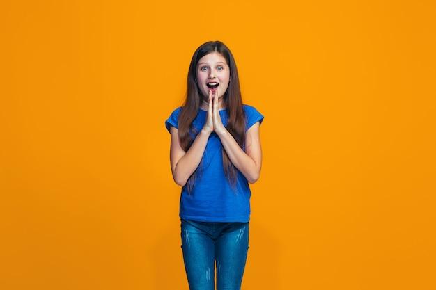 Menina bonita olhando surpreso isolado na laranja
