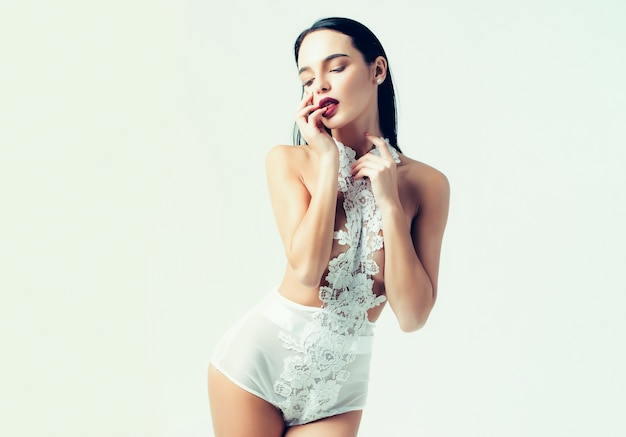Menina bonita ou mulher sexy em lingerie branca da moda