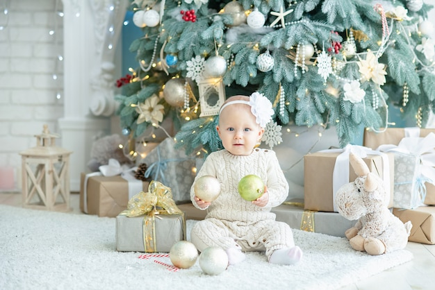 Menina bonita perto de árvore de natal decorada