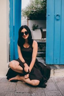 Menina bonita perto de portas de madeira