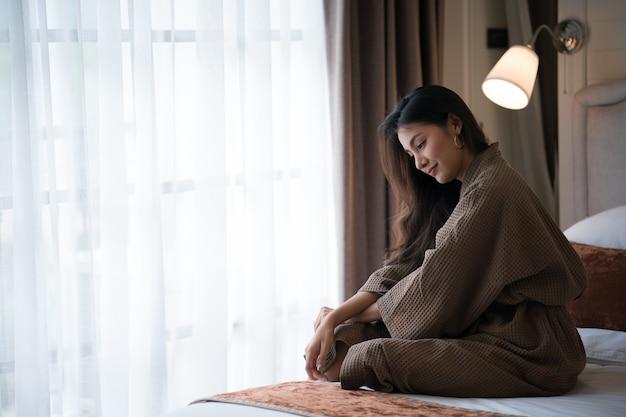 Menina bonita posando de manhã no interior do hotel