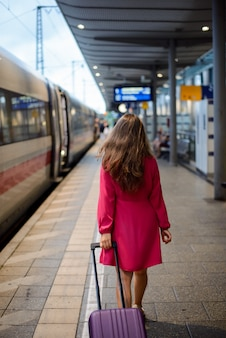 Menina bonita pressa para o trem