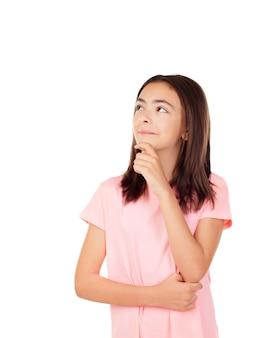 Menina bonita preteenager pensativo com t-shirt rosa