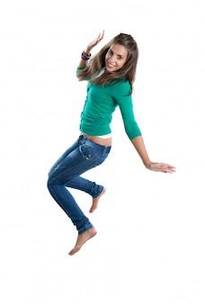 Menina bonita pulando isolado em um fundo branco
