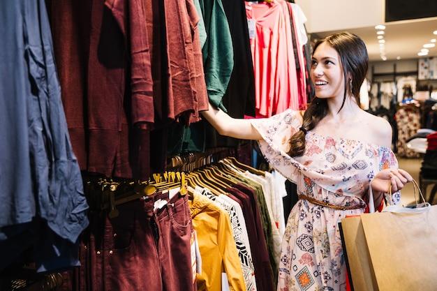 Menina bonita que escolhe roupas