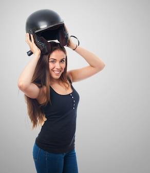 Menina bonita que tenta em capacete