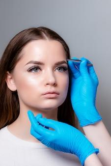 Menina bonita, recebendo depilação sobrancelha
