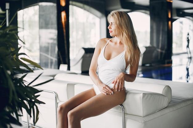 Menina bonita relaxante em um salão de beleza spa