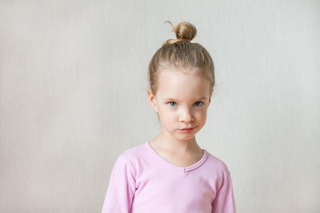 Menina bonita retrata emoções. descontentamento, vergonha